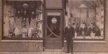 Een-foto-genomen-tussen-1898-en-1911-van-de-eerste-winkel-met-de-eerste-Jan-ervoor-staand