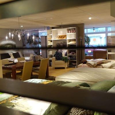 één-van-de-bespreektafels-waar-we-de-klanten-ontvangen-voor-een-advies-over-een-bed