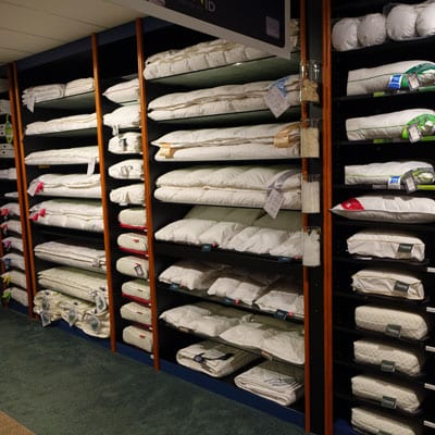een-deel-van-de-dekbedden-en-hoofdkussen-collectie-en-presentatie-in-onze-winkel