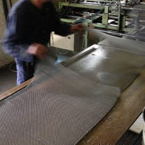 de-gevlochten-staaldraden-zijn-klaar-op-in-het-frame-gespannen-te-worden