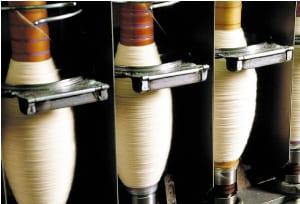 spoelen-met-de-wol-staan-klaar-voor-het-weefgetouw