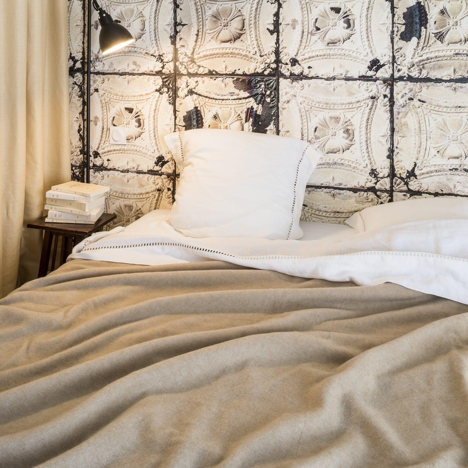 Comfortabele-deken-Cachemire-in-de-slaapkamer