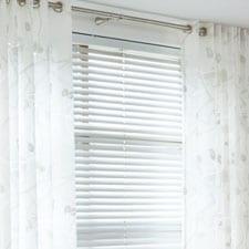 raamdecoratie-horizontale-jaloezie-in-combinatie-met-inbetween-stof